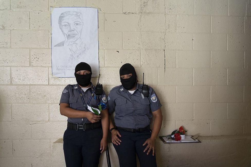 Женщины-охранницы в тюрьме Сальвадора