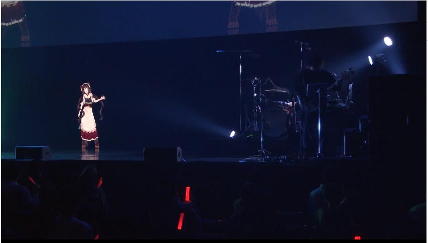 ステージの上にあるテレビの画面  自動的に生成された説明