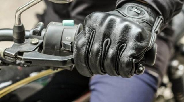 Bạn hãy xử lý vết bẩn của Găng tay moto da bằng dung dịch vệ sinh chuyên dụng