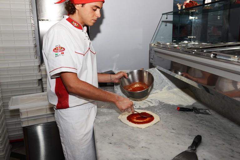 Alessandro Izzo, el pizzero de la pizzería Palazzo Petrucci en el centro de Nápoles.