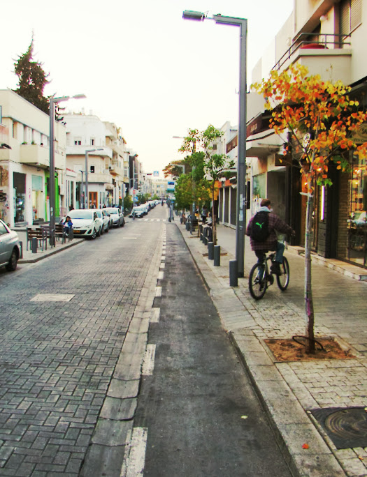 Carril de sentido reservado a bicis en c/ Shenkin de Tel-Aviv