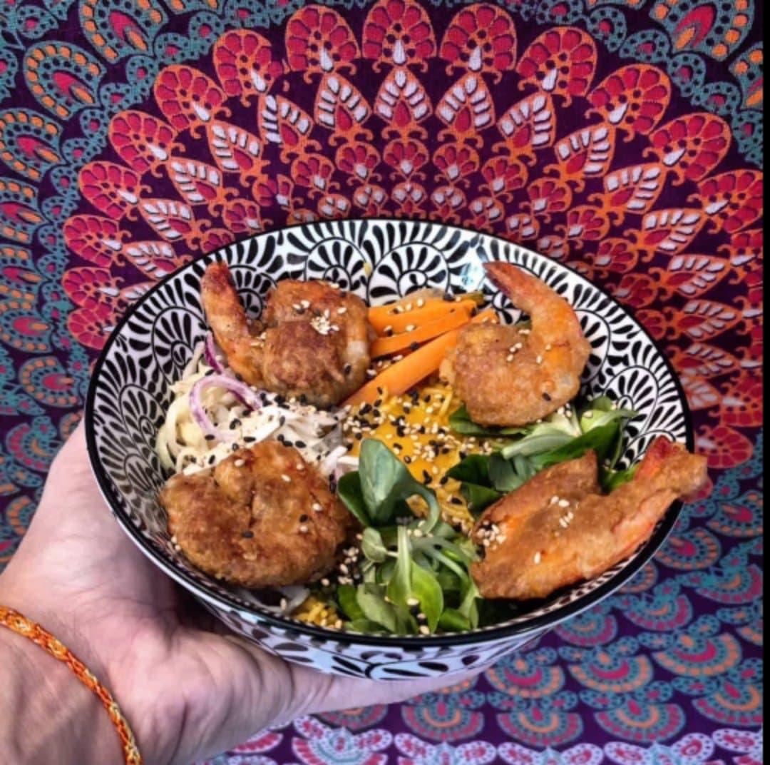 Une image contenant alimentation, assiette, table, assis  Description générée automatiquement