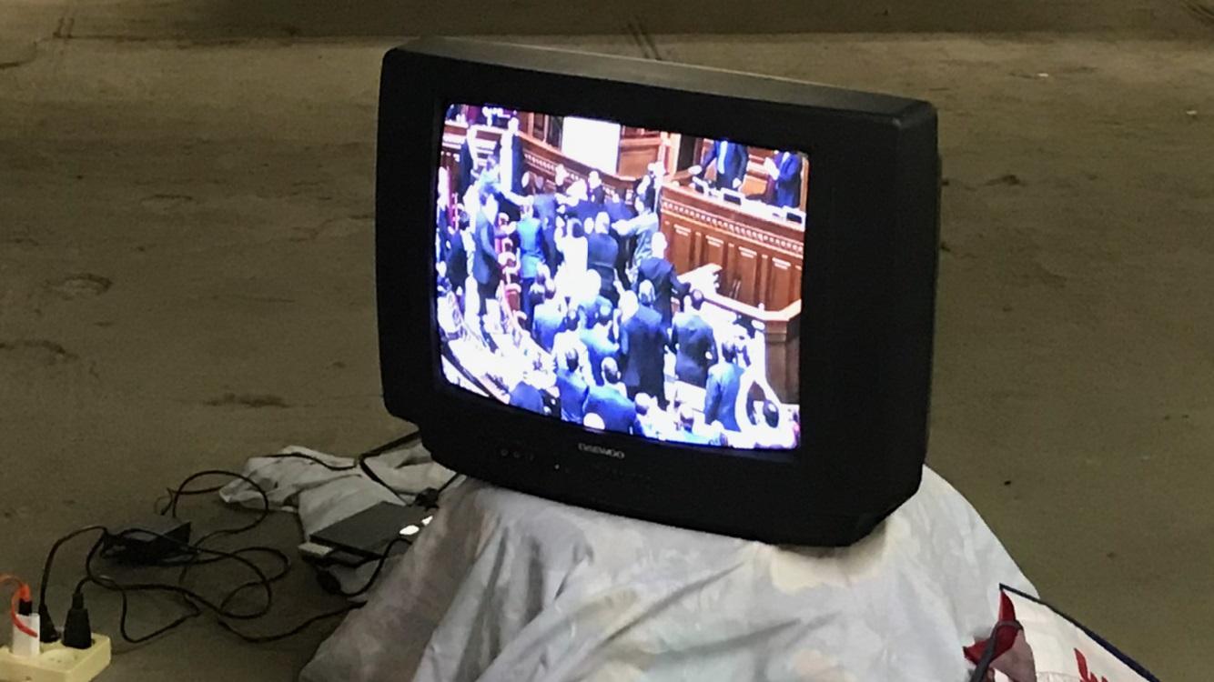 Afbeelding met binnen, televisie, zitten, person  Automatisch gegenereerde beschrijving