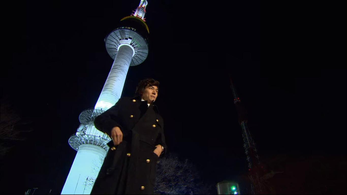 Go JunPyo em frente à N Seoul Tower