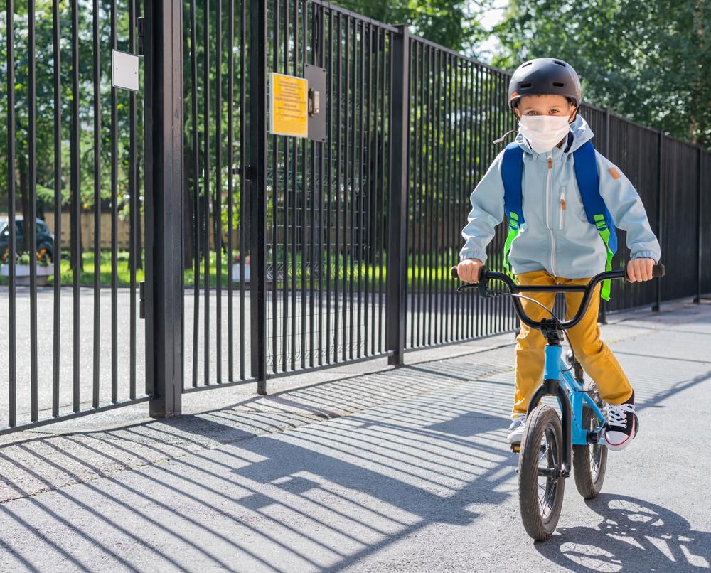 Autoridades precisam garantir mais espaços para que crianças possam ir à escola utilizando mobilidade ativa. (Fonte: Shutterstock)