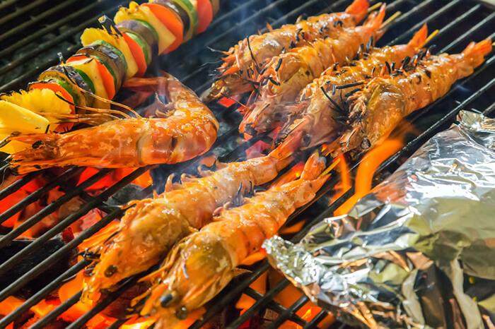 烤明蝦是種奢侈的吃法,也很講究技術。一定要持續的反覆翻烤,才能裡外熟得均勻而不會肉質過老。