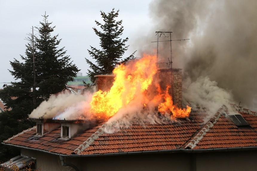 Khe hở giữa các lớp ngói cho phép nguồn cháy lan nhanh