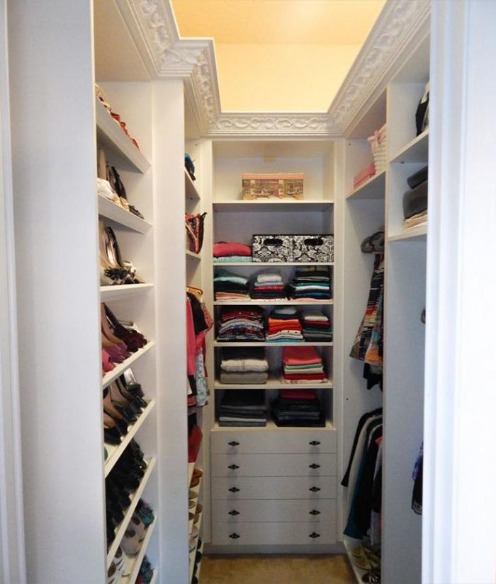 Узкая гардеробная из кладовки