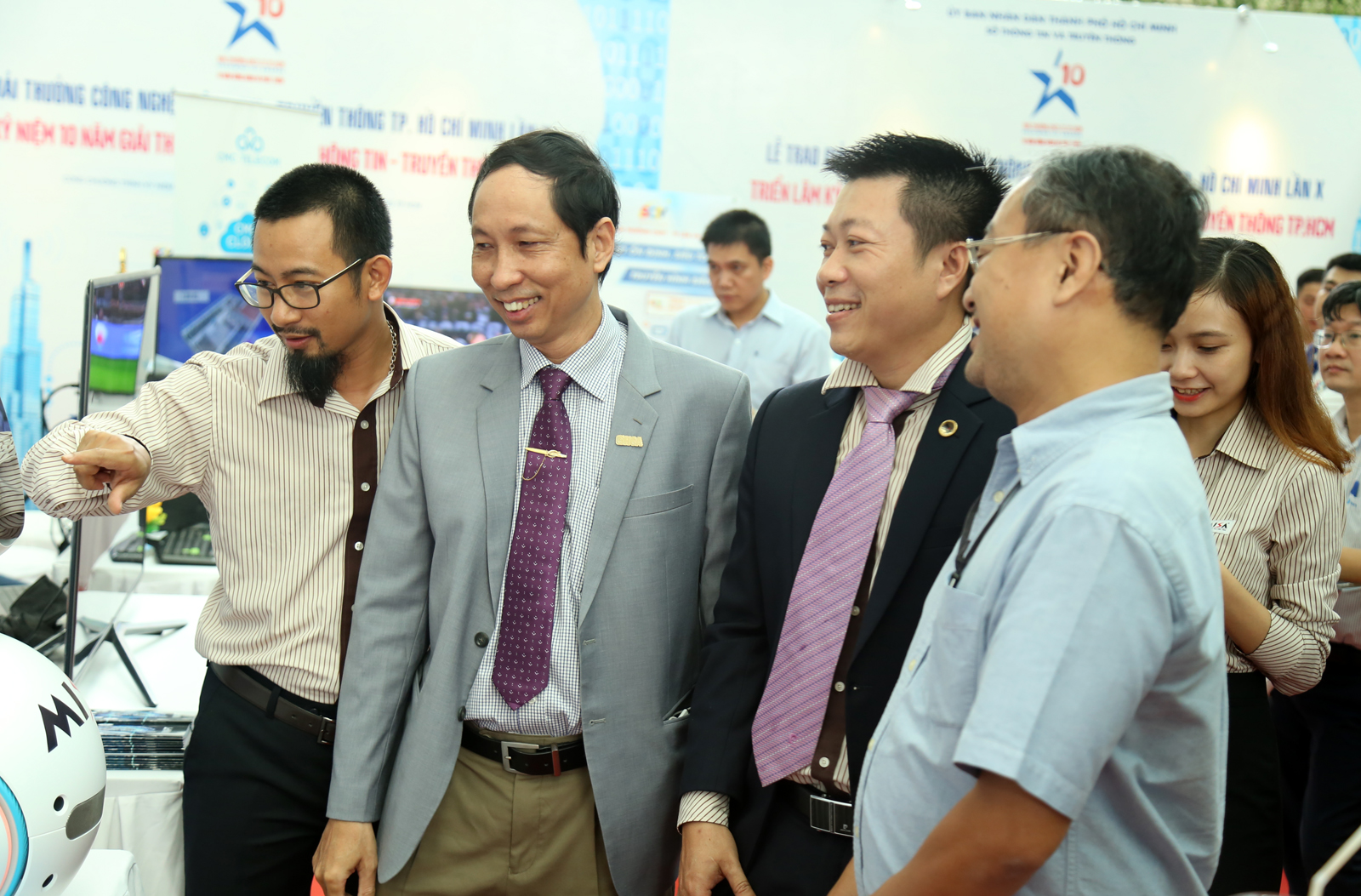 Ông Lữ Văn Tú - TP.HCTH hào hứng demo với sự quan tâm hứng thú của báo chí và quan khách tham dự