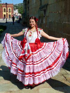 6db134787f Los vestuarios tradicionales mexicanos también se extienden a vestidos  festivos que usan los bailarines de ballet folclórico y los trajes de  charro que usan ...