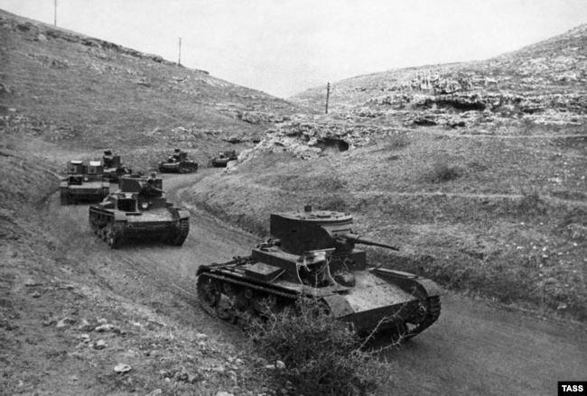 Колонна советскийх танков у реки Халхин-Гол, 1939 год