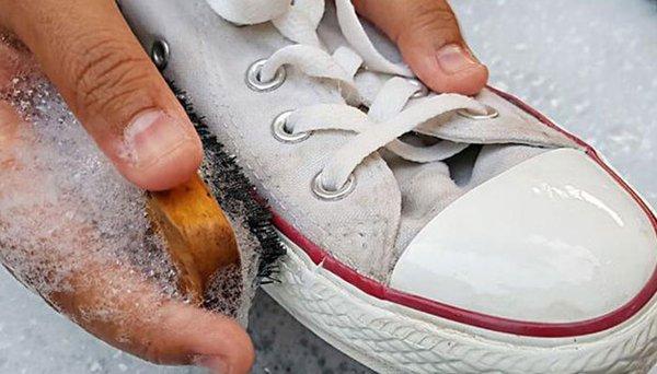 Sử dụng hoá chất tẩy rửa khiến giày dễ bị mục vải và mất phom