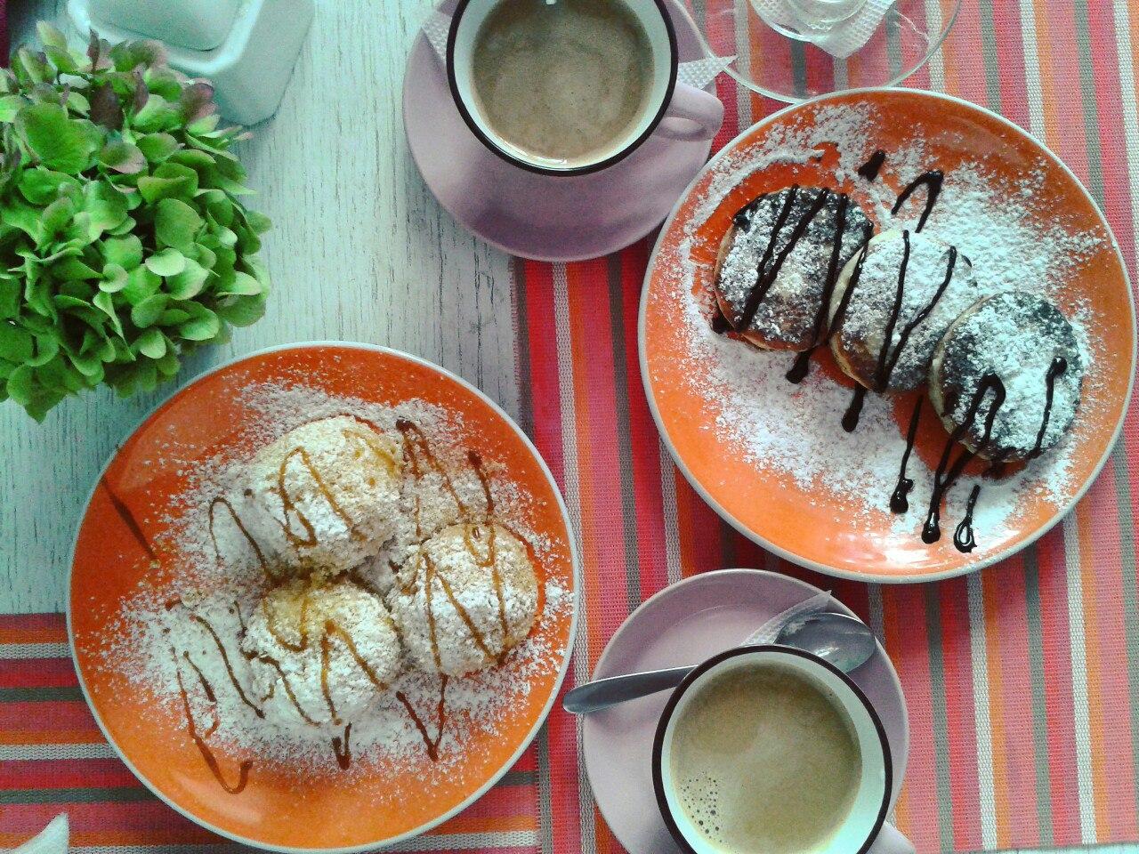 Сирники та гамбовці з персиком в Молочарні