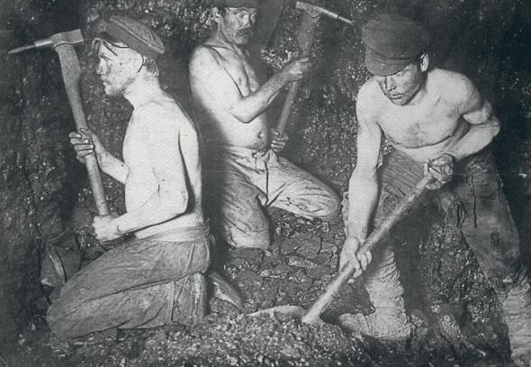 Гірники працюють взабої шахти №8, 1910 рік. Для майбутньої долі Донбасу найважливішу роль зіграли поклади вугілля. Воно дляXIXстоліття було якнафта дляXX– кров технічного прогресу. 1917-го тут видобували 87 відсотків вугілля Російської імперії