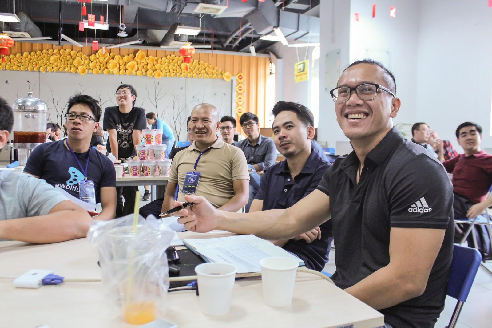 4 thành viên BGK (ngồi từ trái qua): Khánh, Hiếu, Quang và Bửu