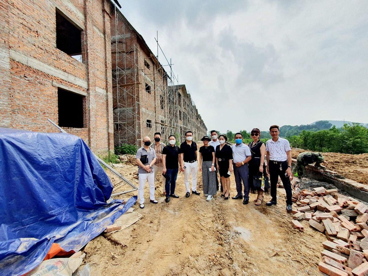 Ban lãnh đạo doanh nghiệp kiểm tra tiến độ công trình tại Biệt thự Nhật Nam