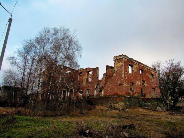 Будинок уСлов'янську Донецької області був зруйнований обстрілами навесні 2014року. Раніше тут працювали дитячий садок імагазин
