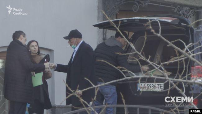 Журналісти помітили, як головний санітарний лікар країни вітається з чоловіком, який щойно завантажив йому в багажник коробку