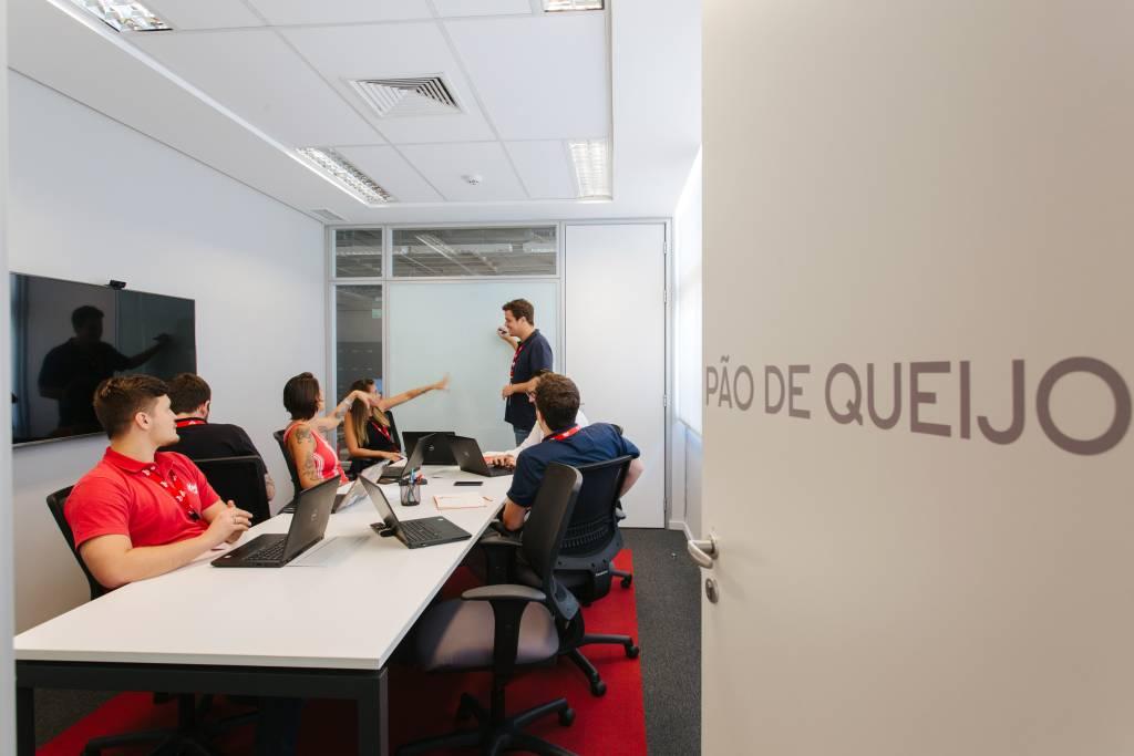 Pessoas em reunião em uma sala de reuniões
