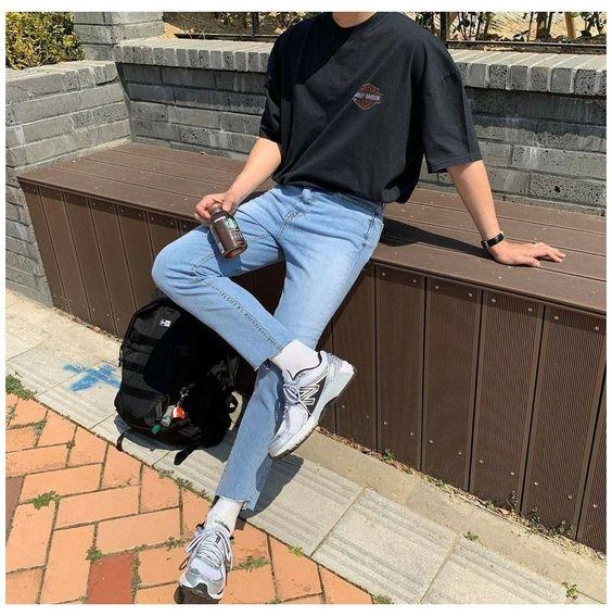 Phối áo thun đen với quần jean xanh