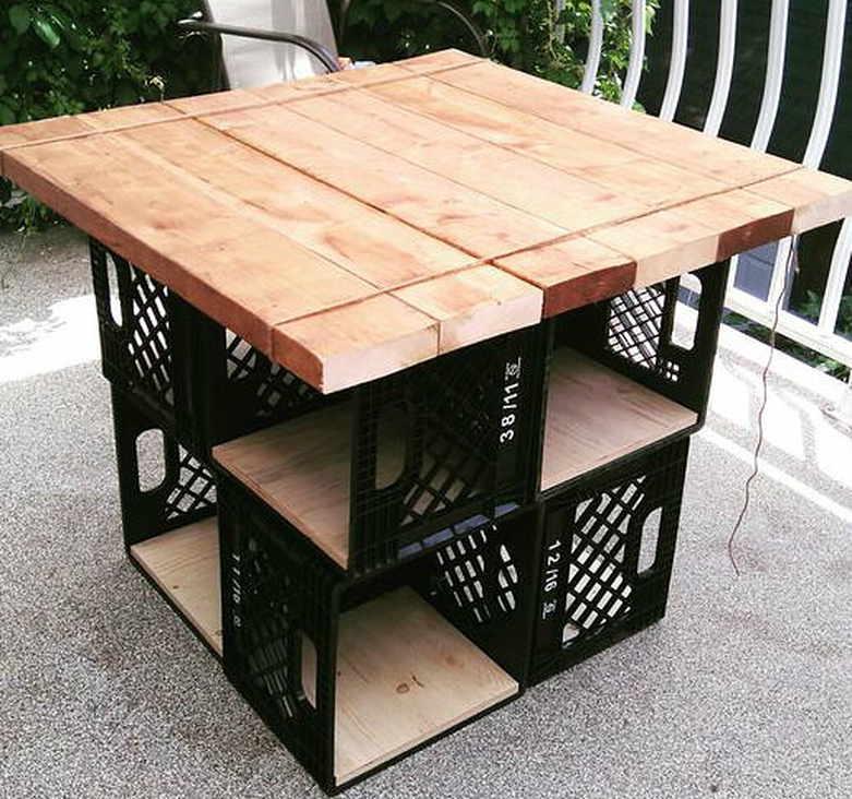 Небольшой обеденный стол из наборной доски и подручных изделий - пластиковых ящиков