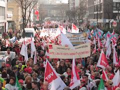 Zahlreiche Demonstranten mit Gewerkschaftsfahnen und Transparenten zum Beispiel: »Gute Leute - gute Arbeit - gutes Geld« und »Gleicher Lohn für gleiche Arbeit«.