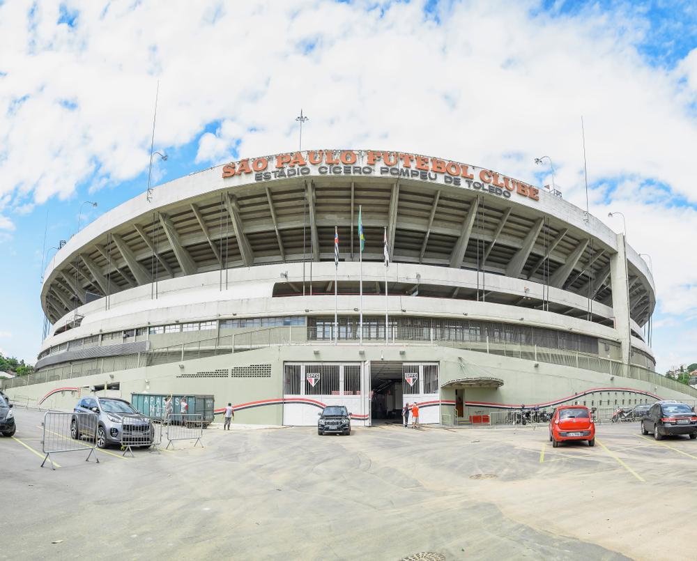 Morumbi é um dos estádios paulistanos usados como centro de vacinação. (Fonte: Vinicius Bacarin/Shutterstock)