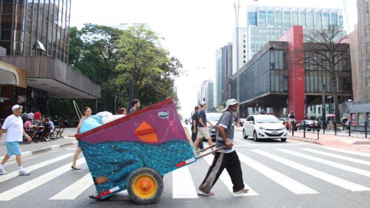 Catadores chegam a trabalhar 12 horas por dia, puxando carroças que podem ultrapassar 200 quilos. (Fonte: Estadão/Reprodução)