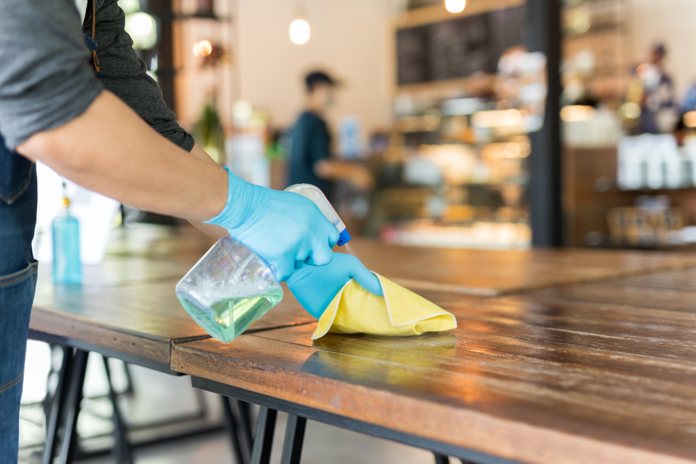 Bersihkan semua peralatan di kafe dengan cairan disinfektan.