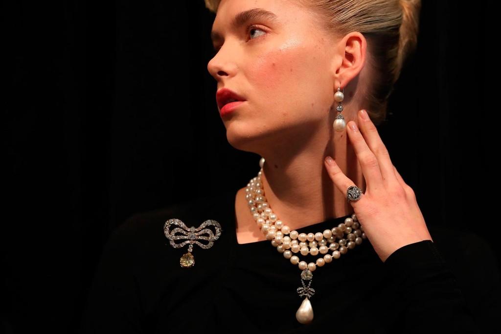 O evento vendeu joias pertencentes à realeza europeia de mais de 200 anos 0213bf9517