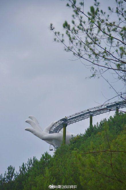 Và vị trí chọn lựa để xây dựng cây cầu cũng vậy? Cũng nằm cheo leo trên vách đá giữa đồi núi trông có khác gì Cầu Vàng của Việt Nam?