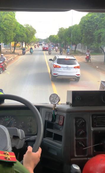 Description: Tài xế ô tô không nhường đường xe cứu hỏa: Phạt 2,5 triệu đồng, tước bằng lái 2 tháng - ảnh 1
