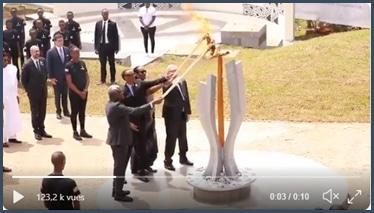 Jean-Claude Juncker allume flambeau au Rwanda