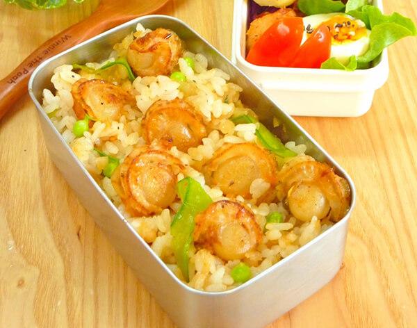 帆立貝肉是天然的提鮮好物,完全不需加味精,就能讓香、鹹、鮮、甜味盡入料理中。最簡單的料理方式之一就是直接拿來炒飯囉!