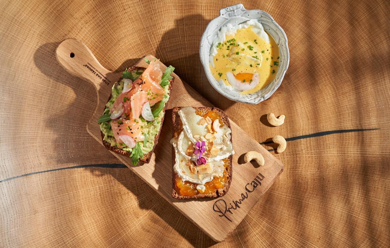 Uma imagem com alimentação, interior, mesa, sentado Descrição gerada automaticamente