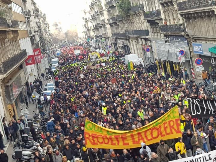 """法國各地的和平示威活動遭到防暴警察的襲擊。橫幅上寫著:""""如果你播下苦難,你就會收穫憤怒""""/圖片:公共領域"""