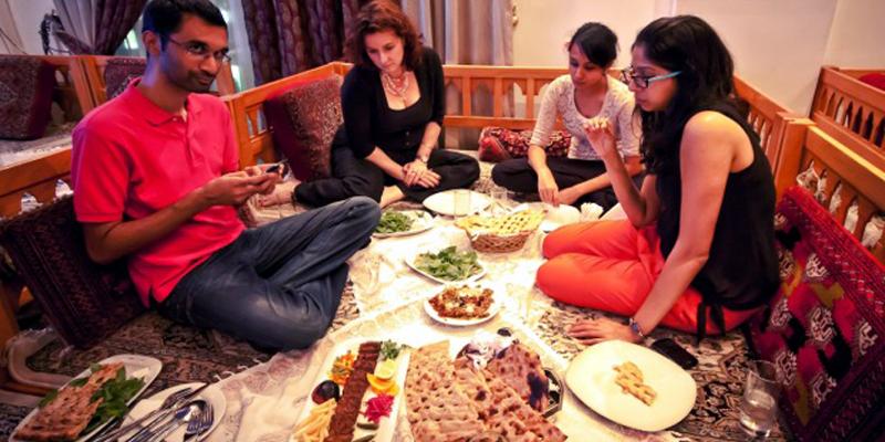 """Đường Diera ở Dubai là nơi tập trung mọi tinh hoa của ẩm thực thế giới. Từ món ăn Ấn Độ, Pakistan, Bangladesh, Trung Quốc đến Li Băng, Ả Rập, Nhật, Anh… đều có thể tìm thấy ở đây với giá cả phải chăng và hương vị khá """"chuẩn"""". (Ảnh: Internet)"""