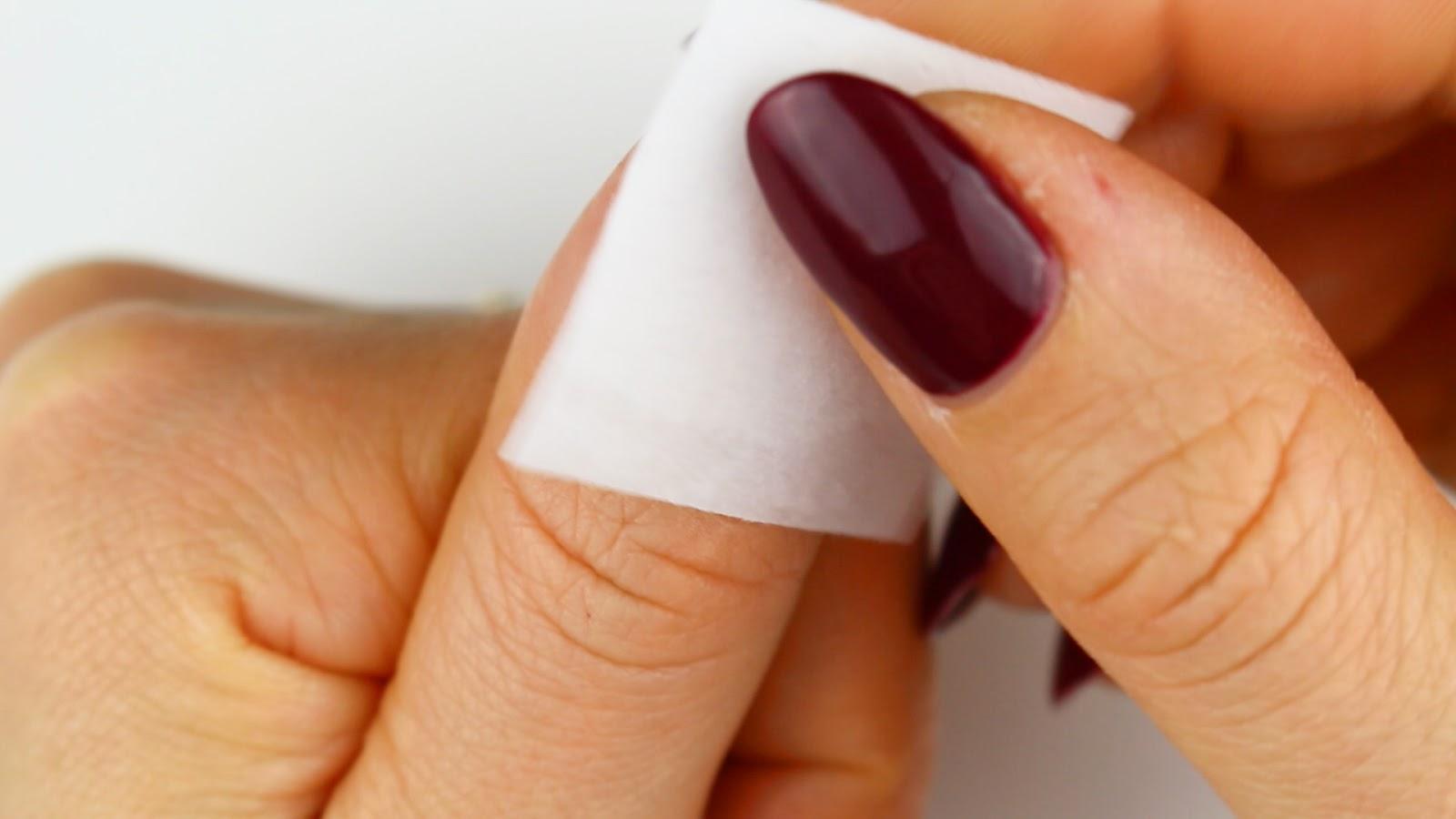 Eingerissenen Fingernagel erneut reinigen