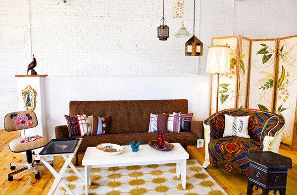 Sàn gỗ và ghế chất liệu vải họa tiết đơn giản nhưng vô cùng ấn tượng cho phòng khách vintage