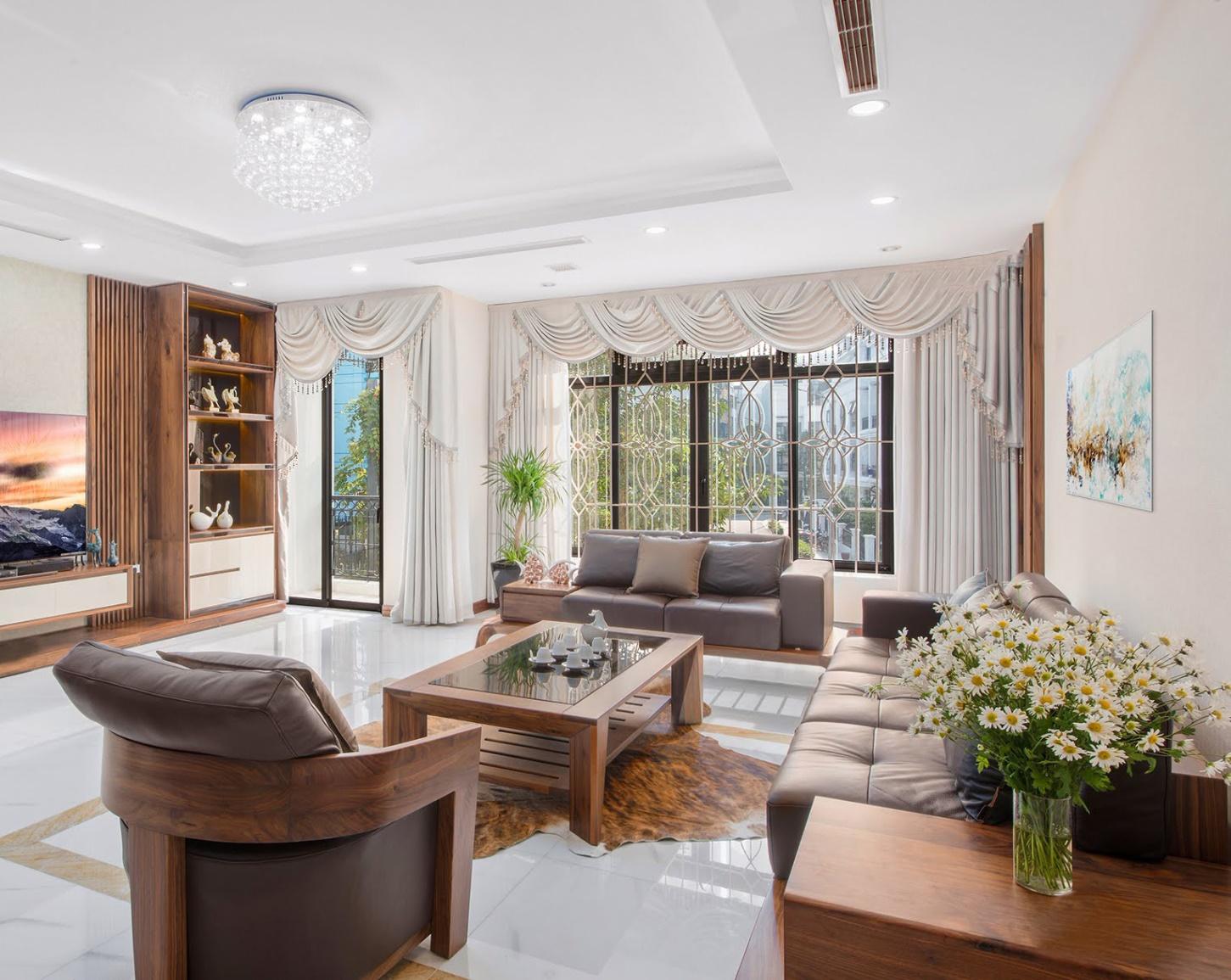Bộ sofa phòng khách được làm từ gỗ gõ nguyên tấm