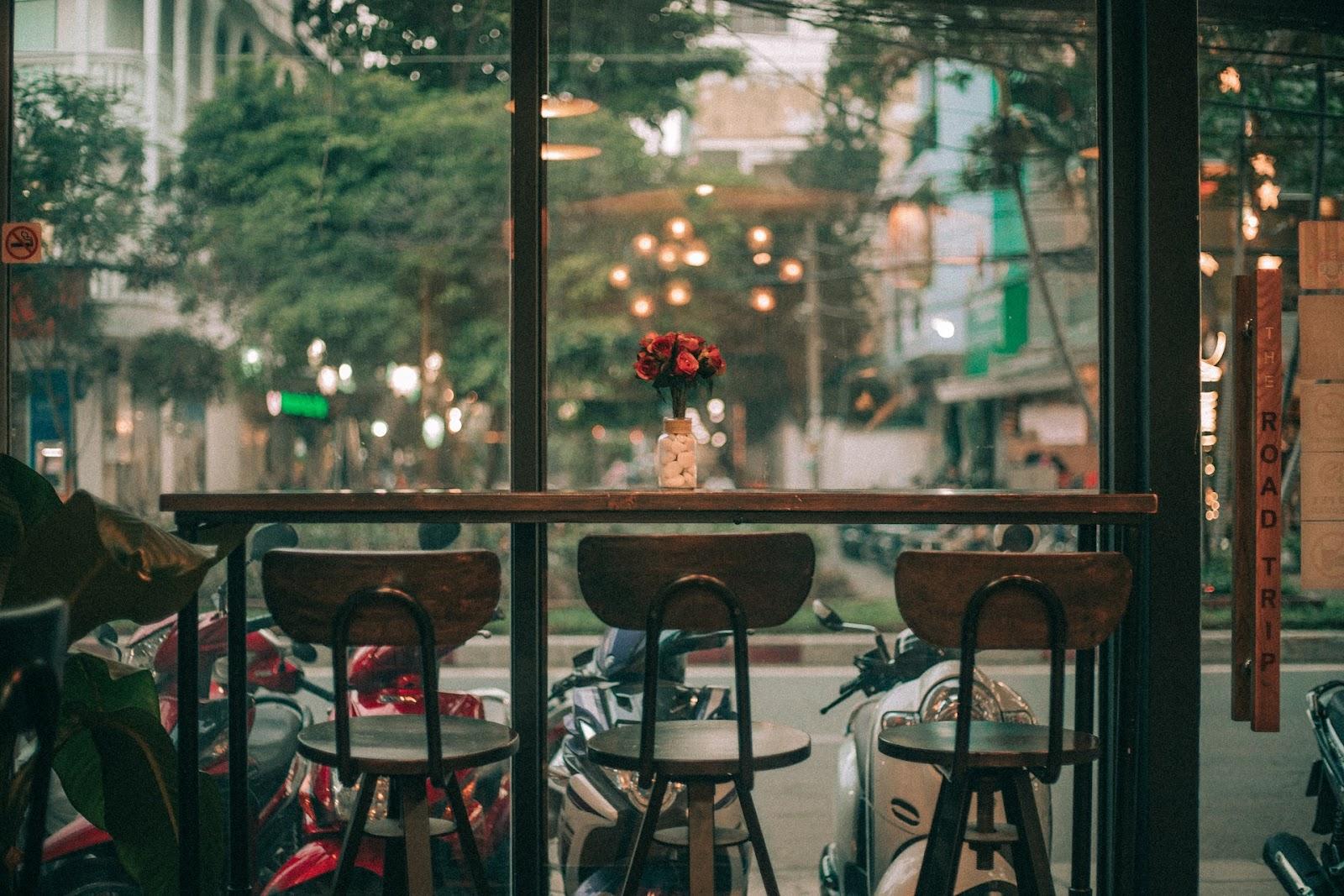 Além de permitir que os pedestres enxerguem o interior, quem está dentro tem contato com o exterior (Fonte: Huynh Dat/Pexels)