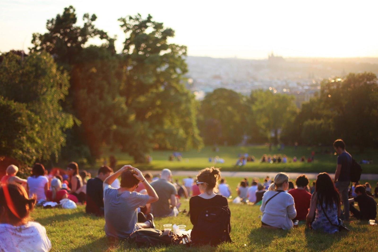 Khuyến khích trẻ tham gia hoạt động ngoài trời