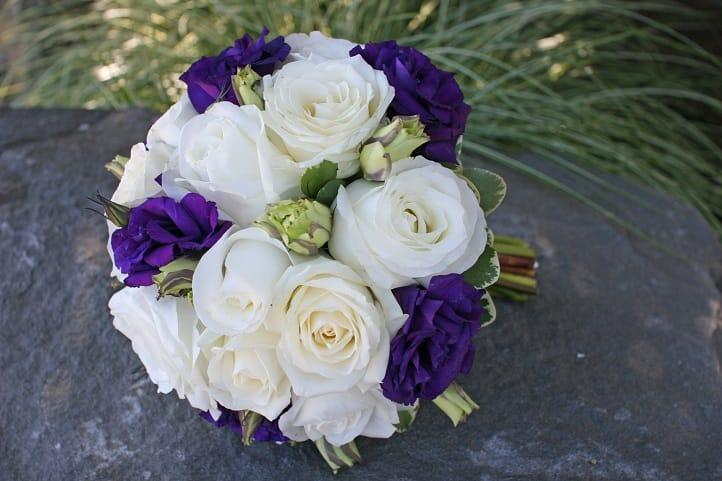 Букет невесты с фиолетовыми эустомами