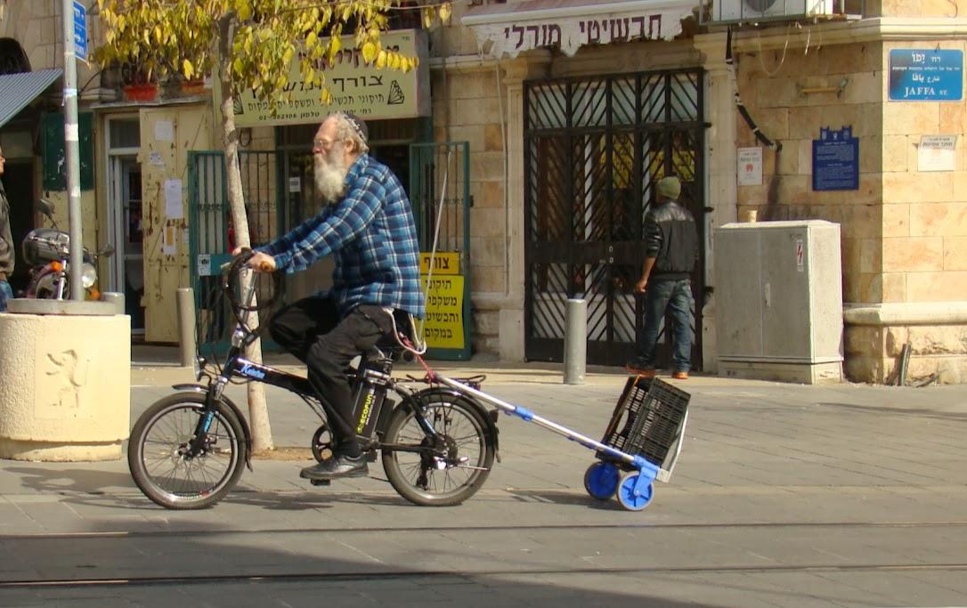 Cerca del tradicional mercado de Mahane Yehuda esta escena es habitual