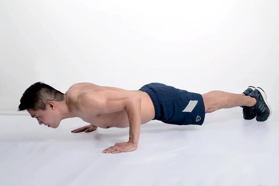 Hombre haciendo flexiones como ejercicios para hacer en casa