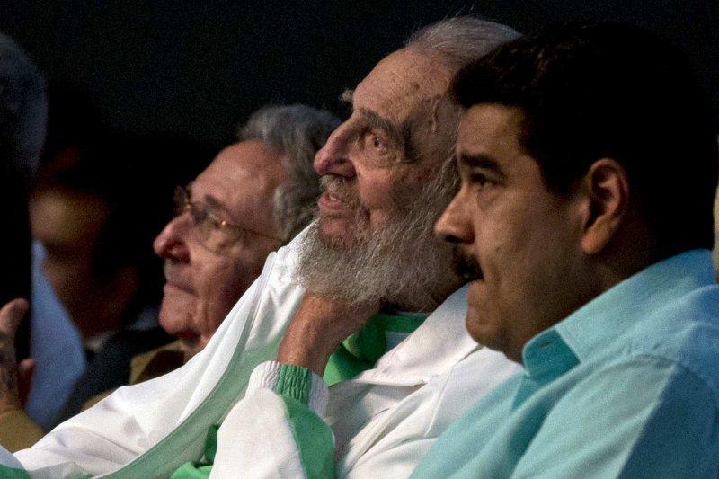 古巴革命領導人卡斯楚(中)8月13日歡度90歲大壽,與弟弟勞爾(左)、委內瑞拉總統馬杜洛出席慶祝活動(AP)