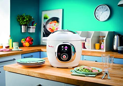 L'appareil cookeo est installé sur le plan de travail de la cuisine, prêt à préparer de bons petits plats!