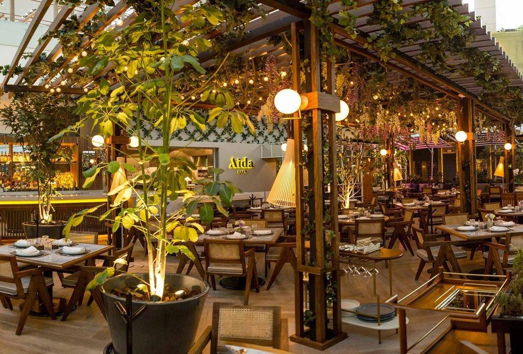 Un grupo de personas en un restaurante  Descripción generada automáticamente con confianza media
