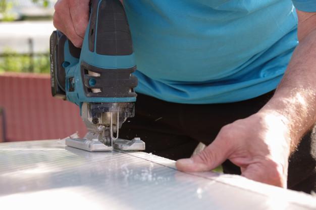 Cắt tấm lợp lấy sáng bằng máy cắt chuyên dụng khi lắp đặt