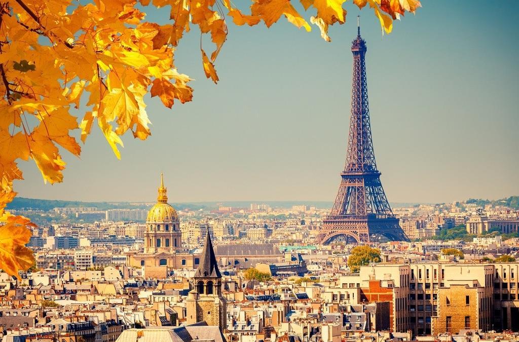Cả Thủ đô Paris ngập trở nên dịu dàng hơn dưới cái nắng nhẹ nhàng của mùa thu